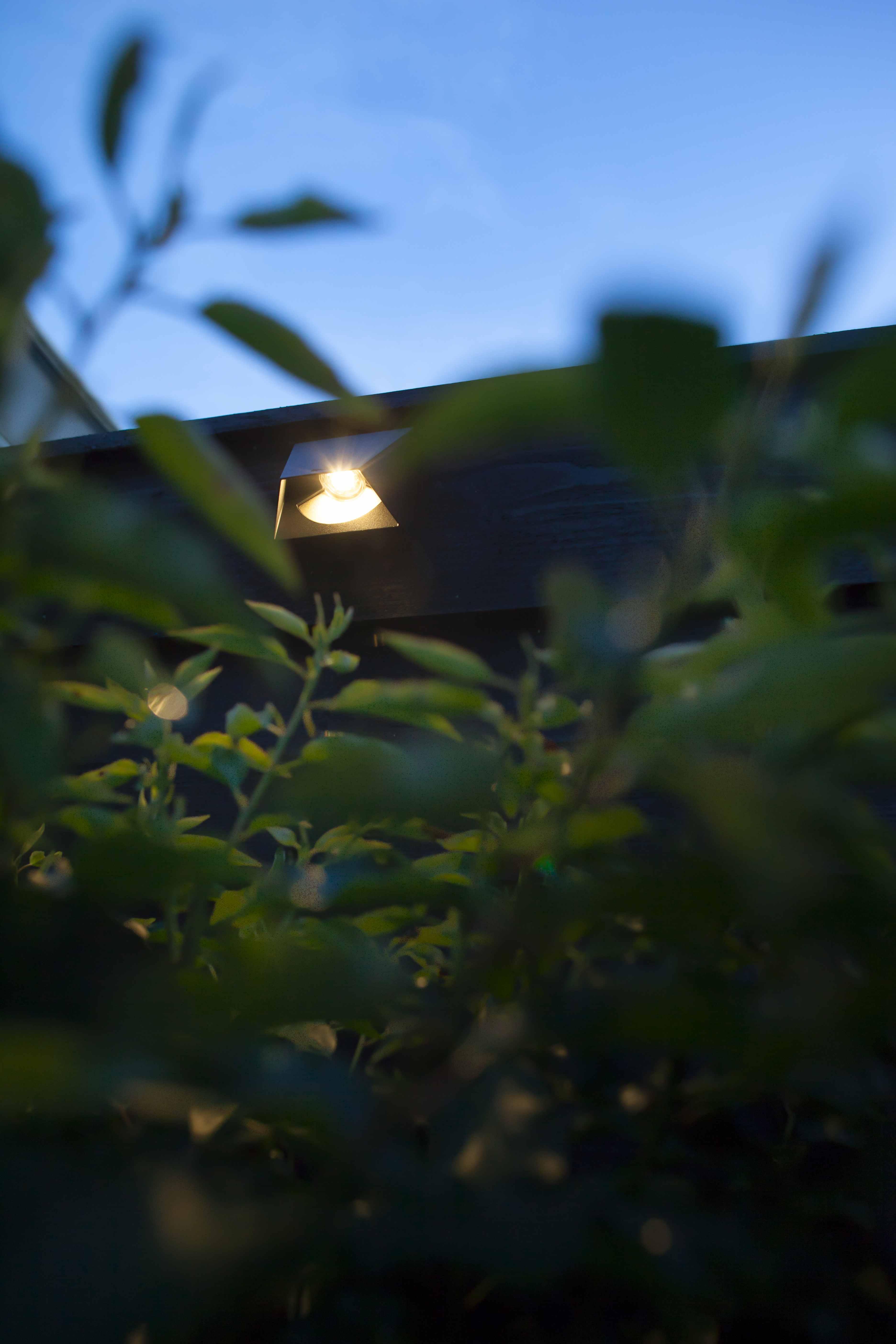 Vierkant Wandleuchte In Dunkelgrau Beschichtetem Aluminium. Erzeugt Ein  Indirekt Gebündeltes, Warmweißes Licht. Perfekt Zum Beleuchten Von Zäunen,  ...
